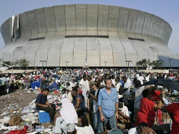Superdome-katrina-outside-daminificados-reuters